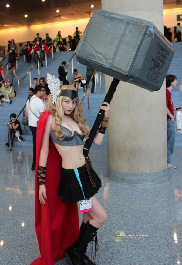 Lady Thor Cosplay with a Huge Hammer